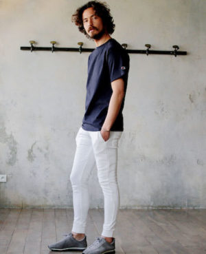 ネイビーのTシャツ×白のクロップドパンツ