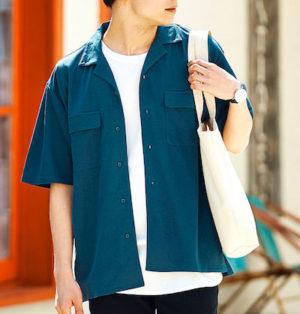 青色のオープンカラーシャツ