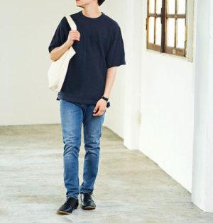 黒Tシャツの大学生コーデ