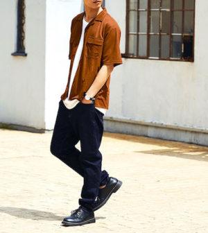 テラコッタ色のシャツ 夏コーデ